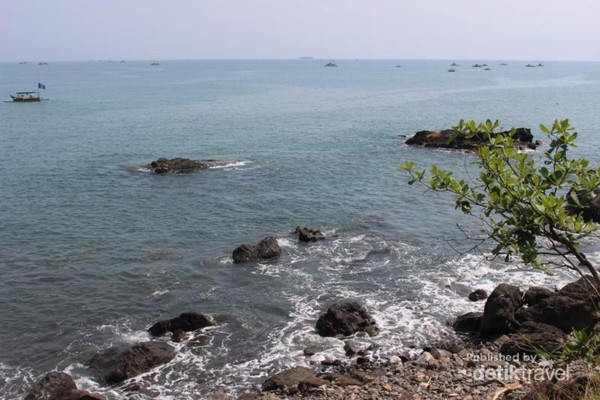 Saat memasuki daerah Loji, kami menemukan pantai dengan garis pantai yang lumayan panjang. Di sini kami beristirahat sambil menikmati pemandangan