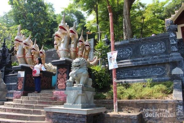 Gerbang vihara dengan patung naga berkepala tujuh yang ekornya memanjang ke atas
