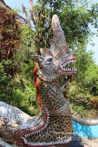 Detail patung yang ada di salah satu bagian vihara.