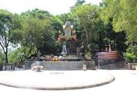 Altar yang terdapat di bagian atas, di tempat ini pengunjung harus melepas alas kaki
