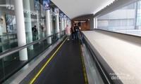 Tersedia eskalator sepanjang jalan keluar bandara