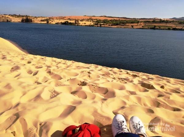 Oase di padang pasir? Bukan. Itu danau di tengah hamparan pasir putih di White Sand Dunes, Mui Ne