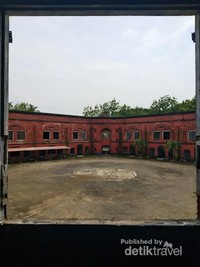 Jendela besar untuk melihat ke halaman dalam benteng