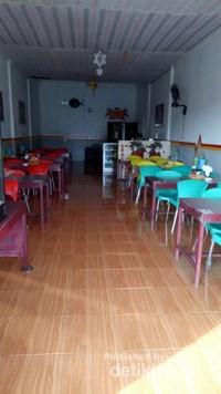 ini rumah makan yang kami singgahi; enak, murah dan halal