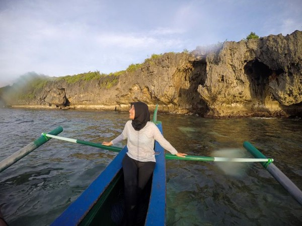 Deretan tebing Tanjung Gaang jika dilihat dari bawah