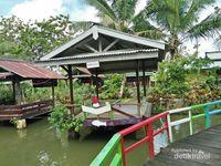 Salah satu saung dekat jembatan warna-warni