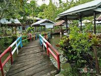 Sisi lain pemandangan dari jembatan warna-warni