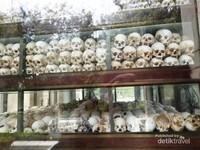 Sebagian kecil tengkorak kepala korban yang ditemukan, disimpan berdasar jenis penyiksaan