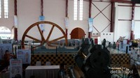 Suasana di dalam Gedung De Tjolomadoe dengan sebagian mesin yang masih dipertahankan keberadaannya
