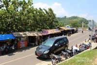 Warung-warung dan tempat parkir yang ada di sekitar Puncak Darma