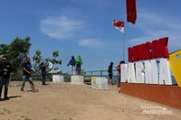 Cuaca yang panas siang itu tidak menyurutkan pengunjung untuk mengabadikan pemandangan Puncak Darma