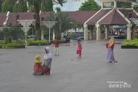 Halaman masjid yang luas, aman buat anak-anak bermain sambil menunggu orangtuanya mengikuti kajian