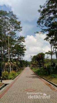 Jalanan yang terdapat disekitar kebun raya sudah ditata rapi.