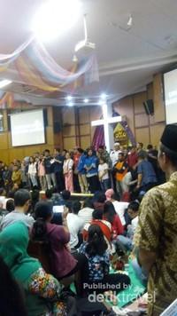 Suasana di dalam GKI Diponegoro