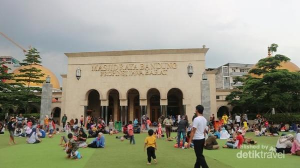 Tampak depan Masjid Raya Bandung Provinsi Jawa Barat.