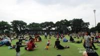 Keramaian ngabuburit di area rumput sintetis Alun-alun Kota Bandung.