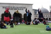 Keseruan mengabadikan momen levitasi bersama sahabat dengan background Masjid Raya Bandung.