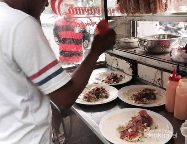 Kebab menjadi salah satu makanan andalan kawasan ini.