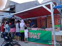 Lapak masakan dan kue-kue khas Sulawesi. Ragamnya lengkap, halal dan rasanya pun enak.