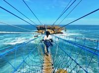 Menyeberang jembatan menuju Pulau Timang