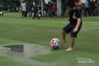 Bermain bola dengan anak-anak