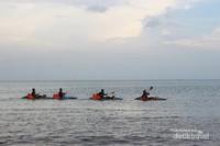 Bermain kano bersama sahabat di tenangnya lautan