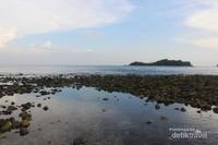 Selain pasir, pantai ini juga terdapat hamparan bebatuan.bisa bikin rock balancing nih