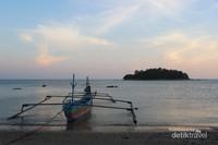 Perahu tradisional yang siap mengantarkan wisatawan untuk berkeliling menikmati panorama laut