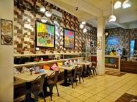 Bagian dalam cafe yang penuh warna.