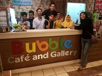 Bersama para pegawai Bubble Cafe and Gallery