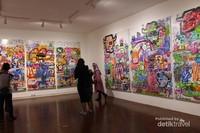 Di dalam gedung berlantai 3 ini pengunjung dimanjakan dengan berbagai karya seni