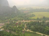 Menikmati pemandangan kota Vang Vieng dengan menaiki balon udara