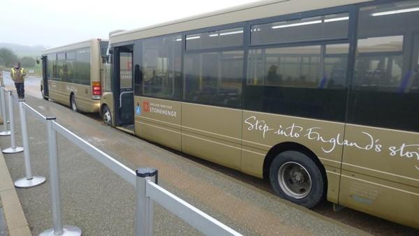 Bis yang mengantarkan wisatawan ke spot Stonehenge