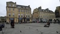 Lapangan di depan Bath Abbey yang menjadi tempat bersantai sambil melihat merpati ditemani alunan musik