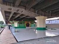 Meski berada di kolong tol, masjid ini nampak nyaman