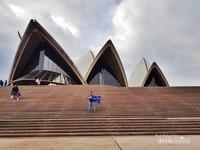 Mengunjungi Sydney tanpa foto di depan Sydney Opera House, seperti makan lalapan tanpa sambal kurang sempurna