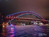 Sydney Harbour Bridge juga semakin indah karena jutaan cahaya yang menyorotnya
