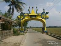 Gerbang awal menuju Syekh Quro dengan dilambangkan tunas kelapa yang berarti awal kebangkitan warga Karawang