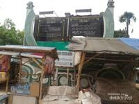 Gerbang menuju pemakaman Syech Quro yang saat ini mungkin terlihat kurang rapih. Perlu ada perhatian yang lebih dari dinas pariwisata Kabupaten Karawang terhadap wisata ziarah ini.