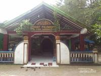 Disekitar pemakaman pun terdapat makam Syekh Bentong yang merupakan santrinya Syekh Quro.