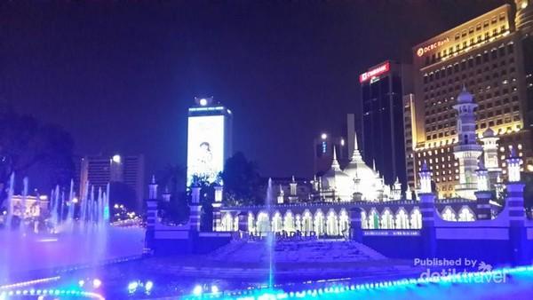 Masjid Jamek di malam hari tampil menawan dengan air mancurnya, dilihat dari tepi sungai
