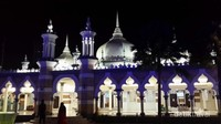 Masjid Jamek dibangun pada tahun 1909. Arsitekturnya terinspirasi dari arsitektur Dinasti Mughal India. Cantik, unik dan memikat.
