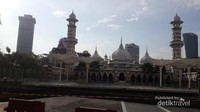 Masjid Jamek memiliki area sholat terbuka di halamannya yang ditutupi atap-atap mirip dengan masjid Nabawi di Madinah.