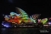 Sydney Opera House menjadi sangat indah dengan cahaya yang berubah tiap menit