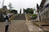 Gerbang candi Centho, berkunjung ke candi ini pengunjung diharuskan memakai kain kampuh .