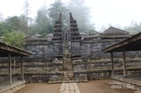 Candi yang berlatar agama Hindu ini memiliki pola halaman berteras dengan dengan susunan 13 teras meninggi ke arah puncak