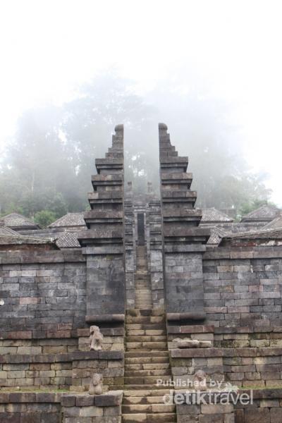 Bentuk bangunan berteras seperti ini mirip dengan bentuk punden berundak pada masa prasejarah.