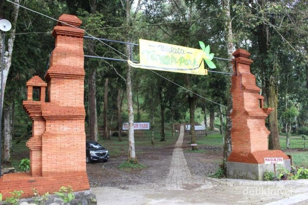 Gerbang lokasi wisata Tenggir Park dan lokasi parkirnya yang cukup luas.