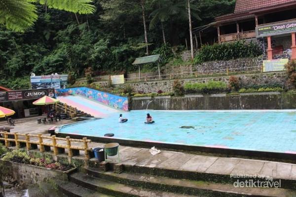 Di dekat pintu masuk terdapat kolam renang bagi anak-anak dengan air yang segar membuat anak-anak betah berenang disini.