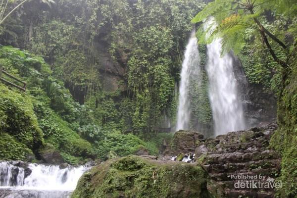 Tak lama berjalan kita akan segera sampai ke lokasi air terjun , dengan air yang deras mengalir melewati bebatuan.